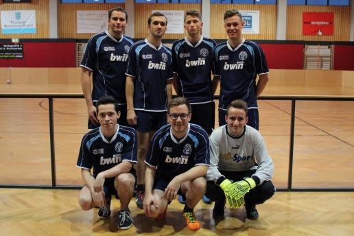 Die Mannschaft der FJ Wr. Neustadt gemeinsam mit Bezirksobmann Marvin Knabl (unten mittig) und Verstärkung Mario Zimmermann (Neunkirchen, li oben) und Landesgeschäftsführer Michael Sommer (rechts unten)