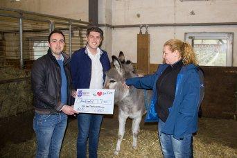 Landesobmann und Generalsekretär beim Überreichen des Schecks an das Tierheim Brunn